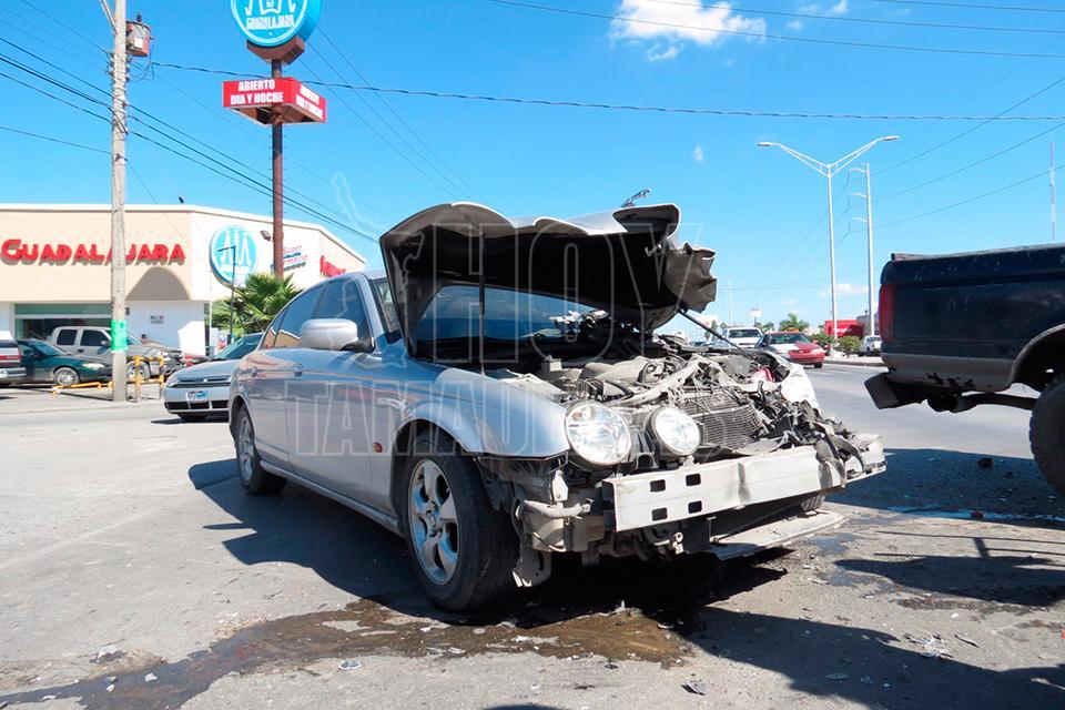 Hoy Tamaulipas - Choca contra Jaguar en crucero de Matamoros y paga ...