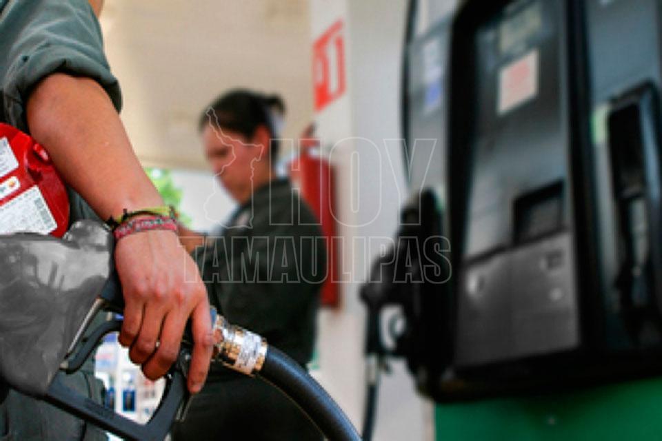 Escupe la gasolina del carburador en la bicicleta con motor el alfa