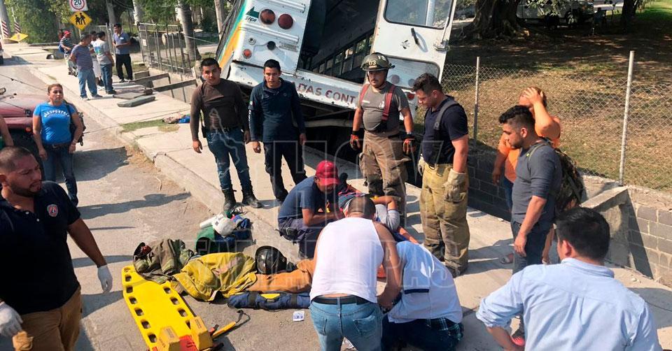 Hoy Tamaulipas - Mas de 20 obreros heridos al caer microbus a un ...