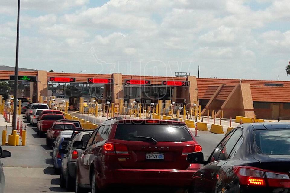 Hoy Tamaulipas - Largas filas registra Puente Internacional