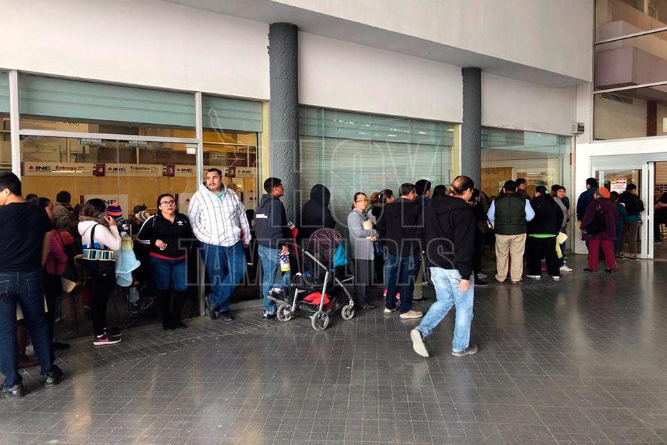 Hoy Tamaulipas Largas Filas Para Renovar La Credencial Del